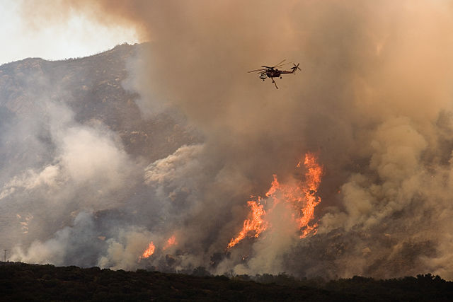 640px-FEMA_-_33364_-_A_helicopter_drops_water_on_the_wildfire_in_California